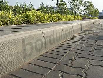 бордюрный камень на дороге